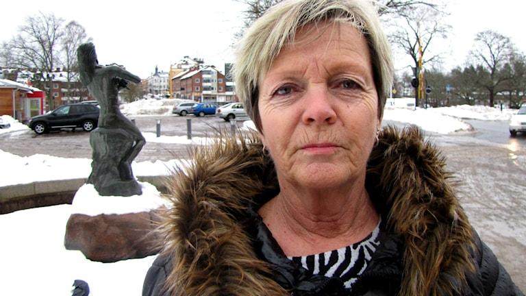 Säfflebon Eva Möller känner sig otrygg när det på kvällen kommer ett gäng främmande människor. Foto: Joel Segerdahl/Sveriges Radio.