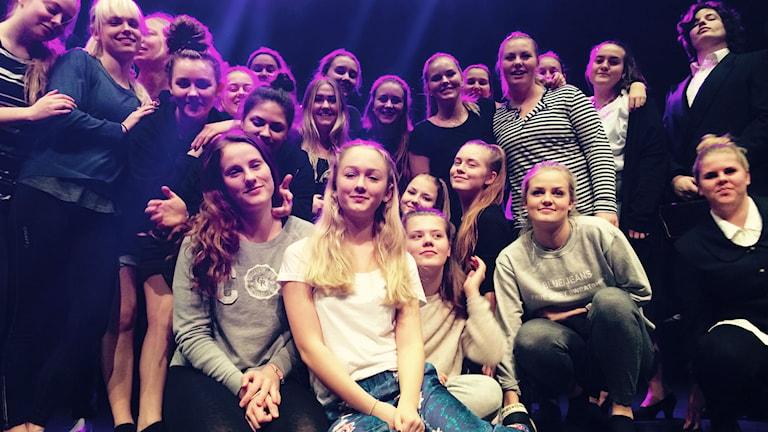 Elever samlade på scen. Foto: Mari Stenström/Sveriges Radio.