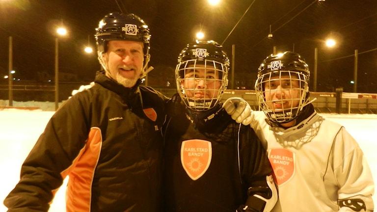 Bandytränaren Thommie Larsson med Ahmed Zia Hussein Zadeh och Najib Sarvari. Foto: Hedvig Nilsson