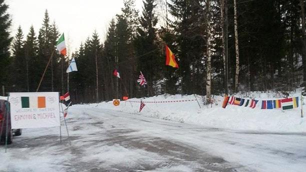 Flaggor vid en vägg. Foto: Carina Johansson.