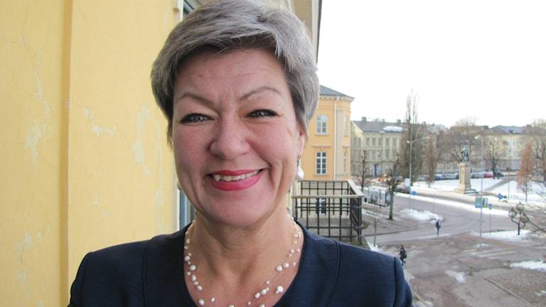Arbetsmarknadsministern Ylva Johansson (S) står på en balkong i Karlstad.