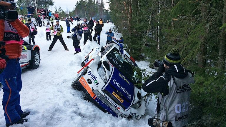 Michal Solowows bil i diket efter avåkningen på shakedown i Råda. Foto: Örjan Bengtzing/Sveriges Radio