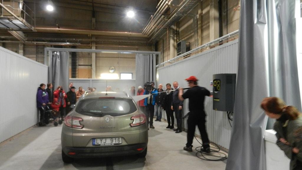 Mattias Skog tvättar första bilen