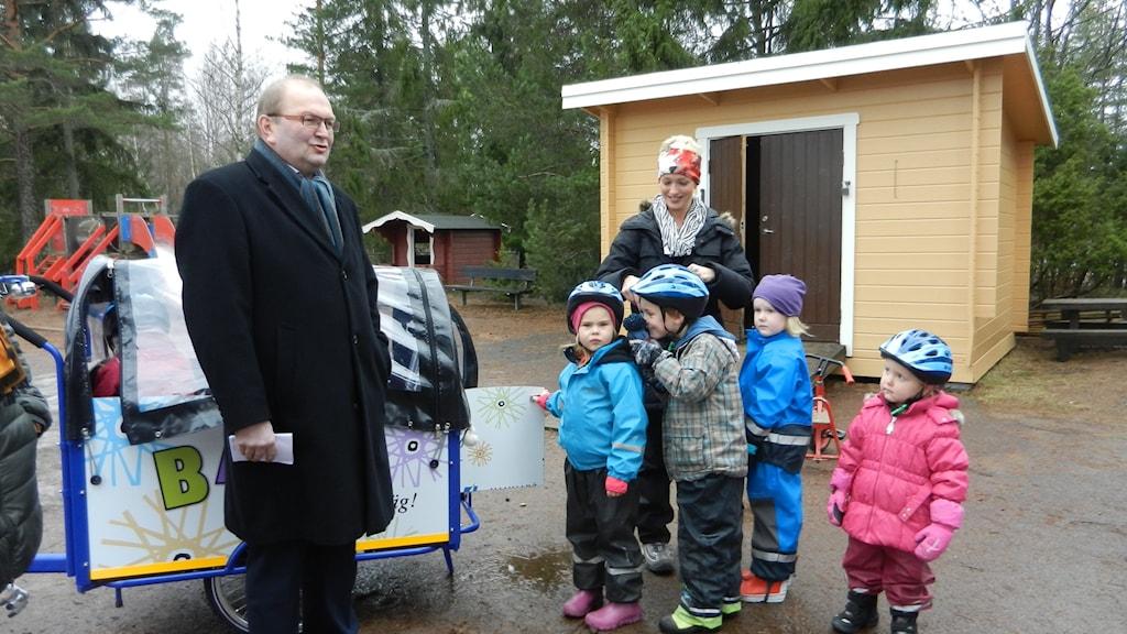 Landshövding Kenneth Johansson tillsammans med förskolelärare Madelene Christiansson och barn på Mörtvägens förskola på Hammarö.