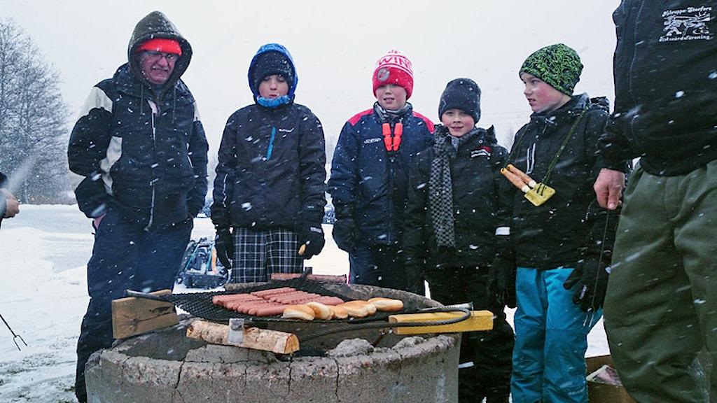 Efter några timmar på isen är det dags för korvgrillning och prisutdelning. Foto: Privat