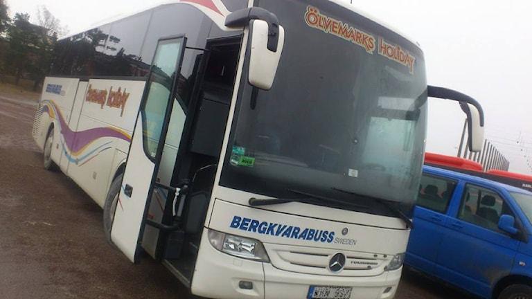 Buss på parkeringsplats