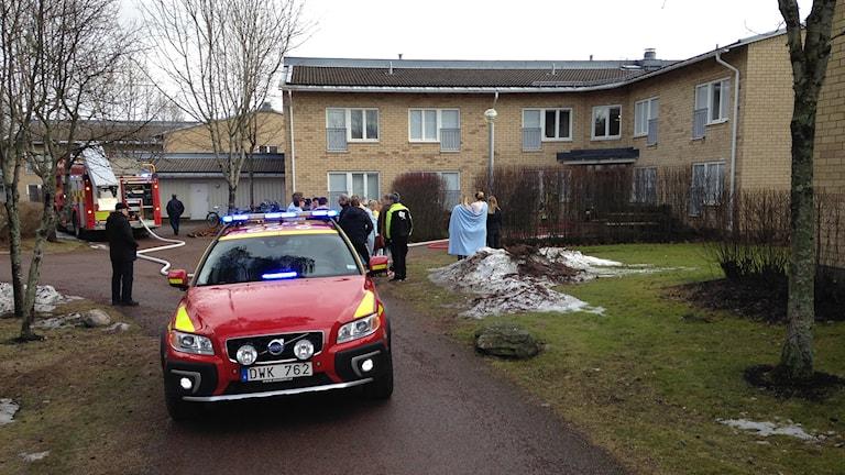 Boende samlas utanför fastighet som eldhärjats. Foto: Robert Ojala/SVeriges Radio.