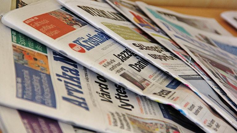 Tidningar på ett bord. Foto: Sveriges Radio.