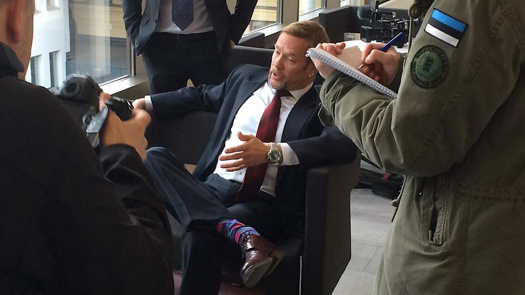 Advokat Ismo Salmi möter pressen. Foto: Anna Tjäder/Sveriges Radio.