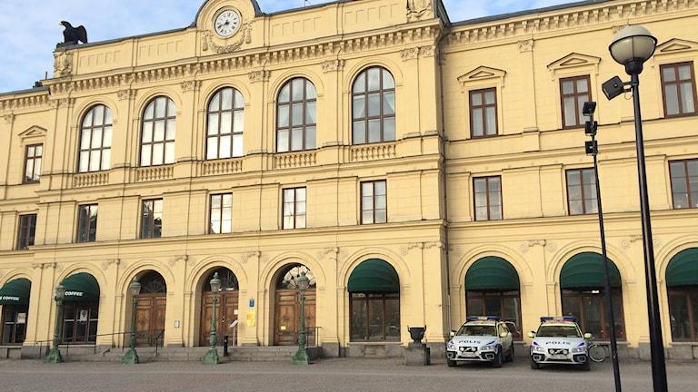 Polisbilar utanför rådhuset i Karlstad. Foto: Anna Tjäser/Sveriges Radio.