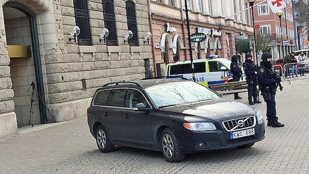 Kraftigt beväpnad polis utanför lokal i centrala Karlstad. Foto: Örjan Bengtzing/Sveriges Radio.