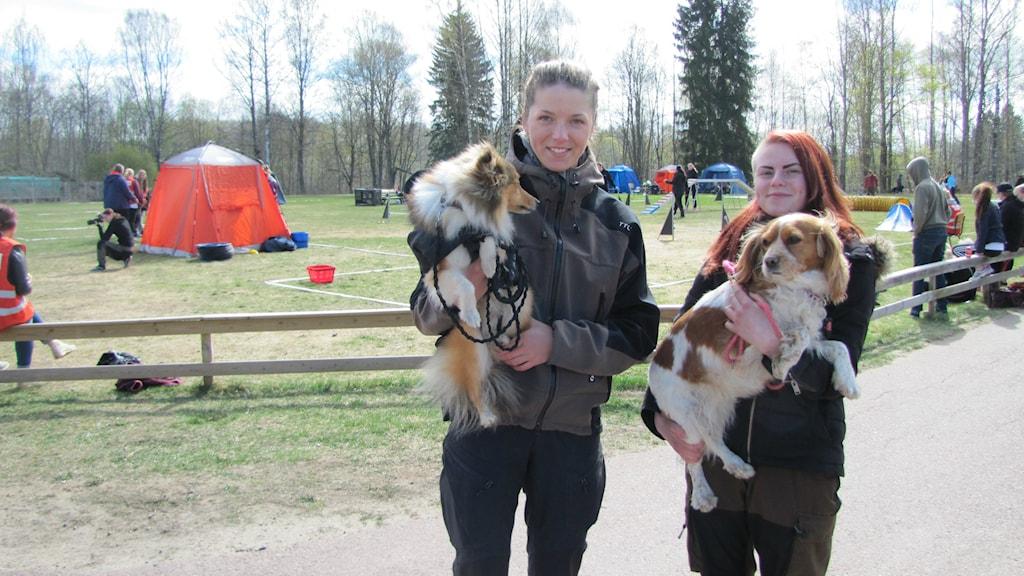Isabella Norin och Lovisa Svensson, elever på Forshagaakademin. Foto: Jonas Hansson/Sveriges Radio Värmland