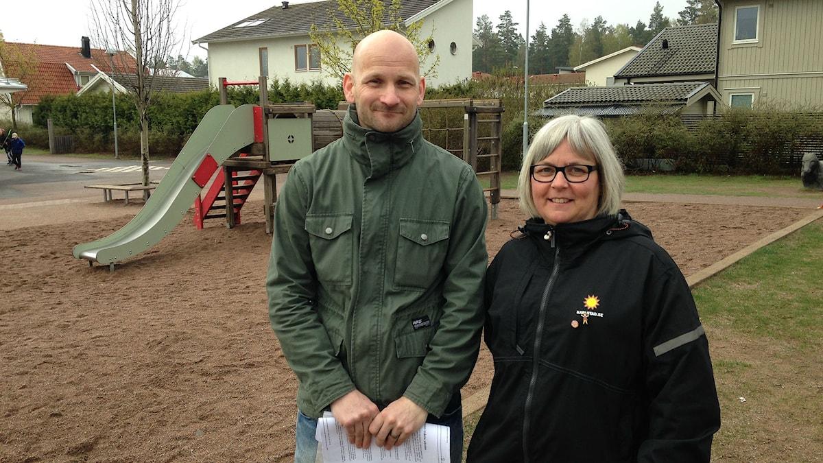 Rektorn Magnus Sjödin och fritidspedagogen Mia Blom på Södra Råtorp. Foto: Robert Ojala/Sveriges Radio.