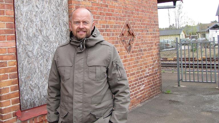 Peter Sörensen utanför Väse stationshus. Foto: Laila Carlsson/Sveriges Radio.