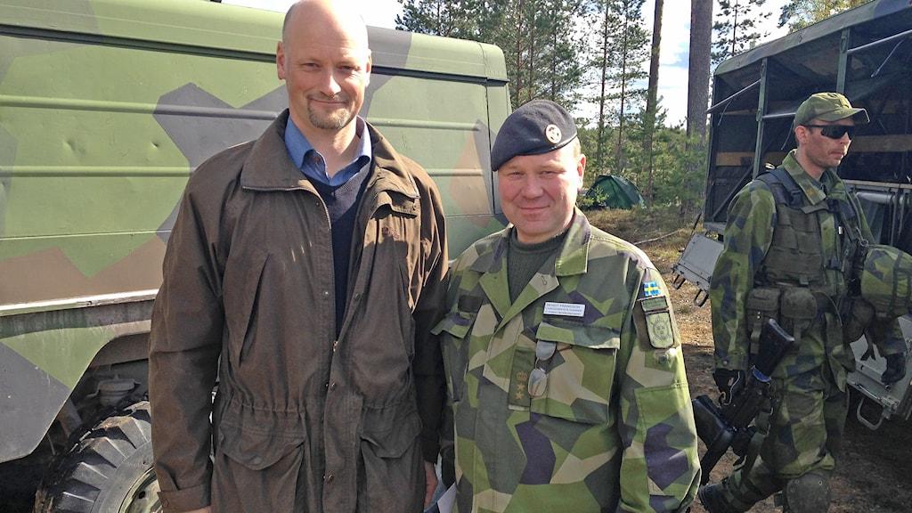 Riksdagsledamoten Daniel Bäckström (C) tillsammans med överste löjtnanten Bengt Fransson. Foto: Robert Ojala/Sveriges Radio.