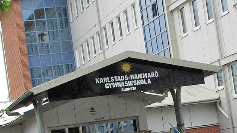 Entrén till Sundstagymnasiet i Karlstad. Foto: Roy Malmborg/Sveriges Radio.