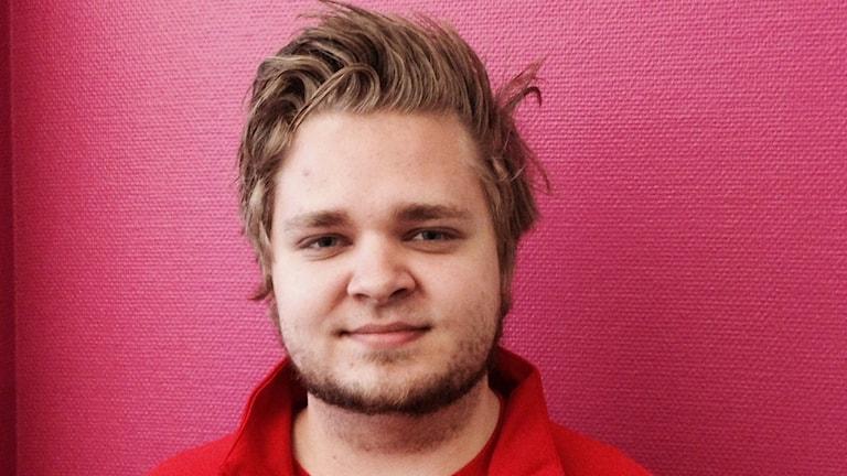 Anton Levin från LO informerar unga om deras fackliga rättigheter. Foto: Tomas Hedman/Sveriges Radio