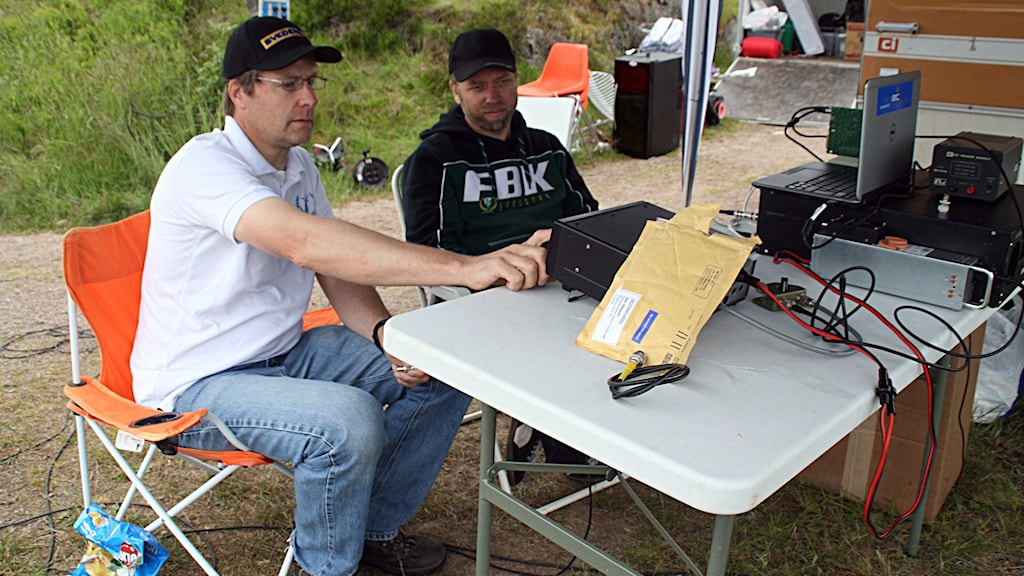 Jan Olsson och Jonas Sanamon rattar på en modern radioapparat.