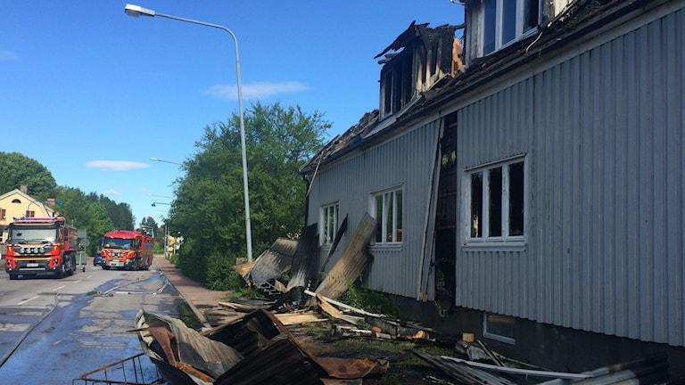 Flerfamiljshus med bråte utanför på gatan. Foto: Annika Ström/Sveriges Radio.