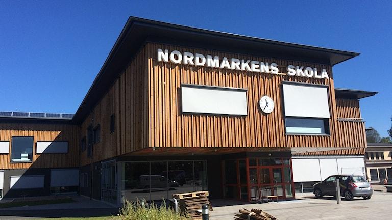 nybyggda nordmarkens skola med träfasad foto: annika ström