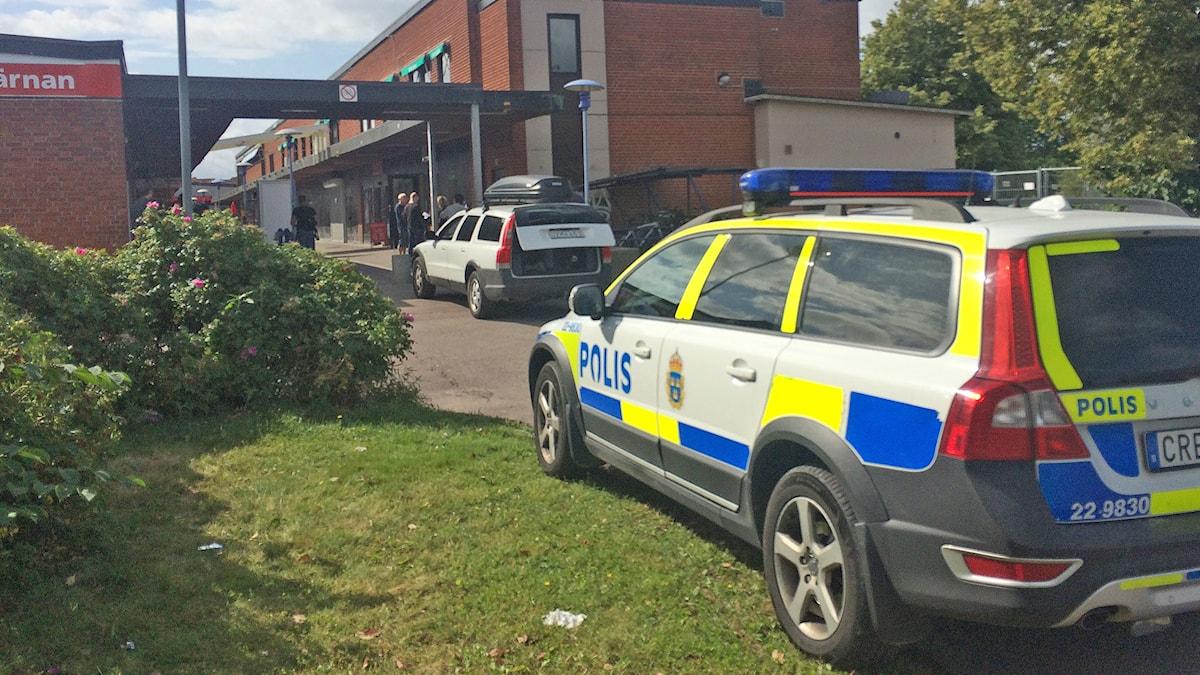 Polisbil vid Bingopalatset på Våxnäs. Foto: Annika Ström/Sveriges Radio.