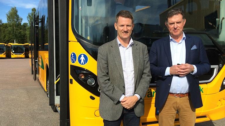 Andreas Baljhagen Volvo Bussar och Lars Bull VD för Värmlandstrafik visar upp de 159 nya bussarna som kommer börja trafikera Värmland i mitten av oktober.