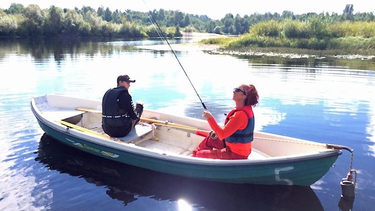 Två personer fiskar från en båt. Foto: Per Larsson/Sveriges Radio