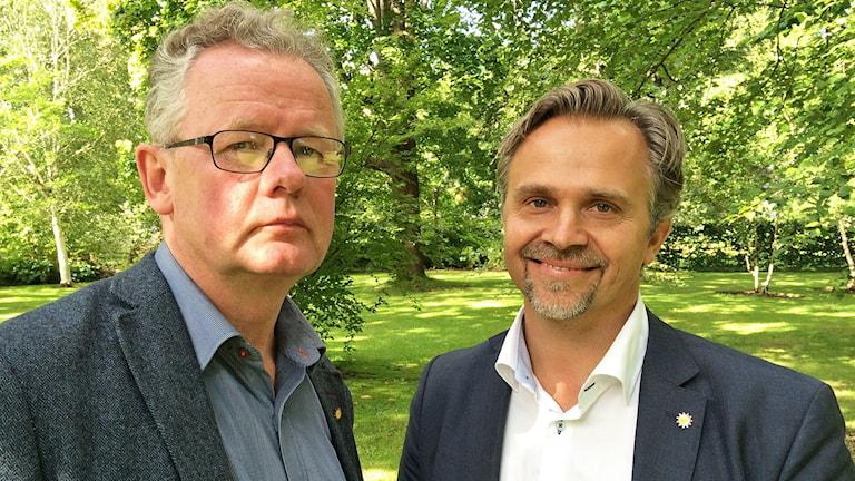 Kommunalråden Per-Inge Lidén (MP) och Niklas Wikström (FP) i Karlstads stadsträdgård. Foto: Laila Carlsson/Sveriges Radio.