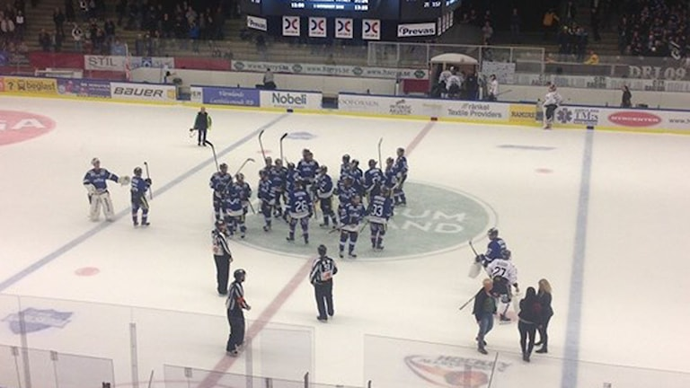 BIK Karlskoga tackar hemmapubliken efter segern mot Asplöven. Foto: Jonas Ekström