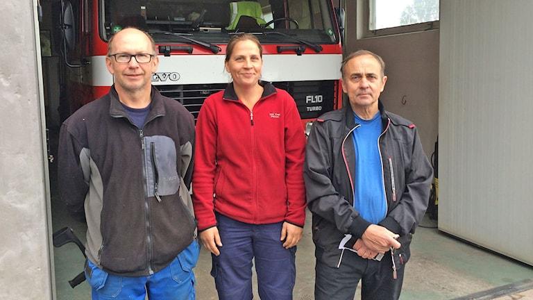 Roland Nilsson och Marina Bönström, deltidsbrandmän. Arne Strandberg, platschef på deltidsbrandkåren i Vitsand. Foto: Per Larsson/SR