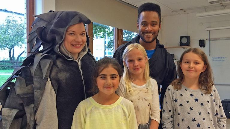 Skådespelarna Rita Lemivaara och Danne Dahlin med fjärdeklasseleverna Marwa Türkan, Amanda Höög och Yasmine Jansson Kemini.