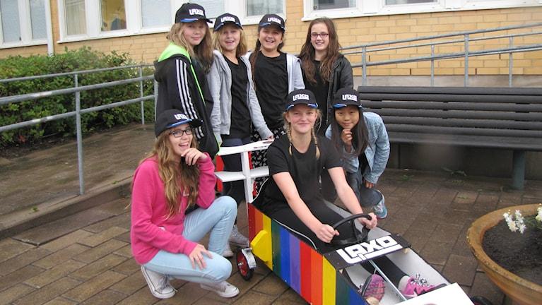 Lisa Nyberg i förarsätet tillsammans med resten av sitt lag från Storåskolan. Foto: Daniel Viklund / Sveriges Radio.