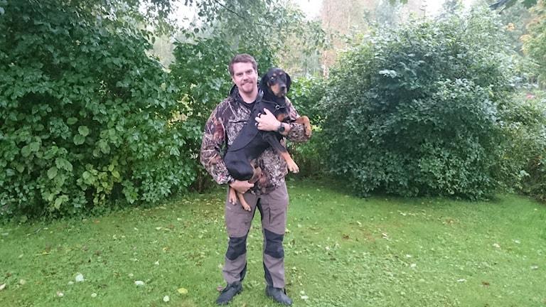 Hunden Svante med ägaren Robert Jonsson. Foto: privat