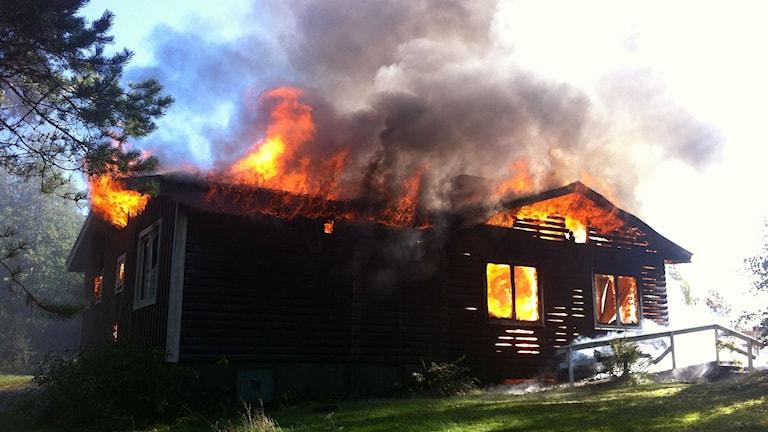 Nedbränningen av det förfallna huset på Kolhusudden var planerad på förhand. Foto: Lars-Gunnar Olsson/Sveriges Radio.