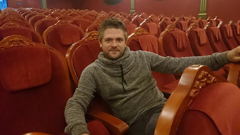 Johan Gustavsson sitter kungligt i dom nya biofotöljerna i den nyrenoverade teaterbiografen i Sunne. Foto: Lennart Nordenstein/Sveriges Radio.
