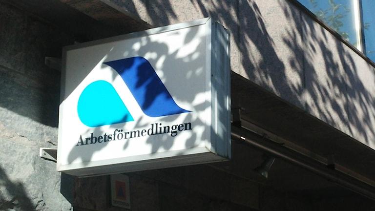 Foto på Arbetsförmedlingens skylt utanför kontoret i Karlstad