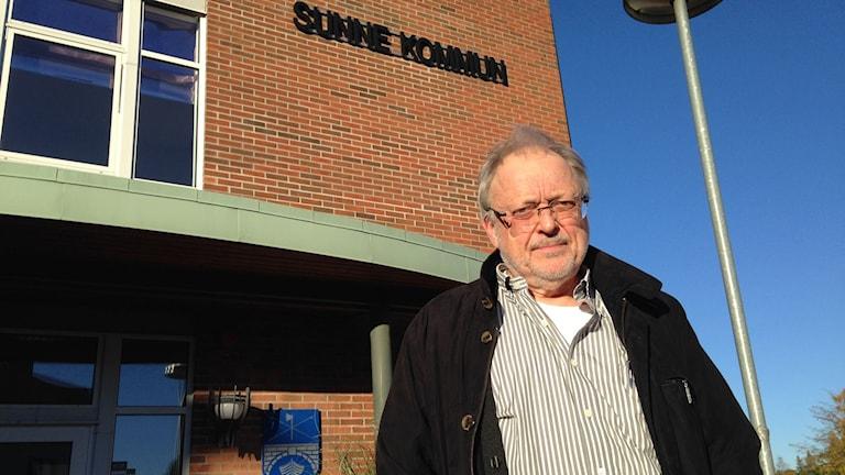 Björn Gillberg framför kommunhuset i Sunne. Foto: Robert Ojala/Sveriges Radio