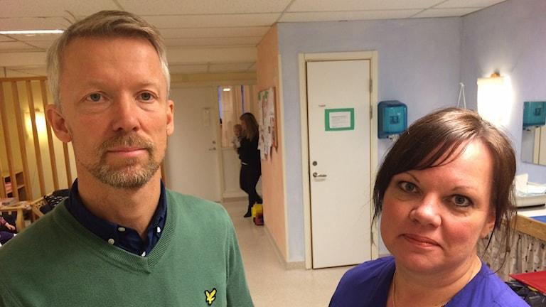 Staffan Skogar, barnhälsovårdsöverläkare vid Landstinget i Värmland och Helén Nilsson, sjuksköterska på BVC Gripen. Foto: Jenny Tibblin, Sveriges Radio, P4 Värmland.