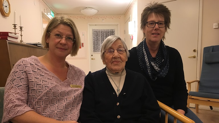 Catrin Klintenstedt föreståndare för Ölmegården, Anna Eeberhardsson boende på Ölmedgården och Maria Ohlqvist, koststrateg.