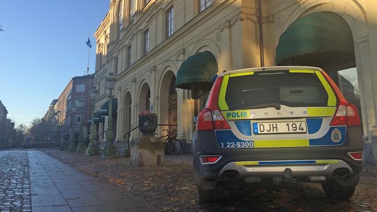 Polisbil utanför Värmlands tingsrätt. Foto: Annika Ström/Sveriges Radio