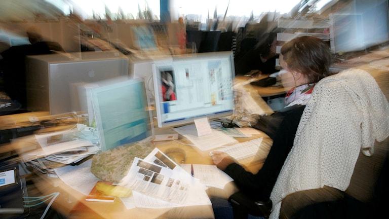 Kontorslandskap med människor som arbetar vid dataskärmar i stressig miljö. Foto: Bertil Ericson/SCANPIX
