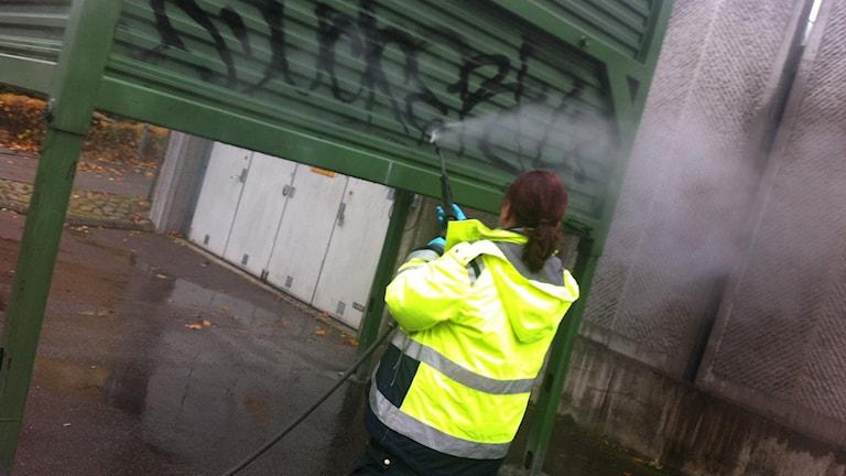 Klotter tas bort. Foto: Lars-Gunnar Olsson/Sveriges Radio.
