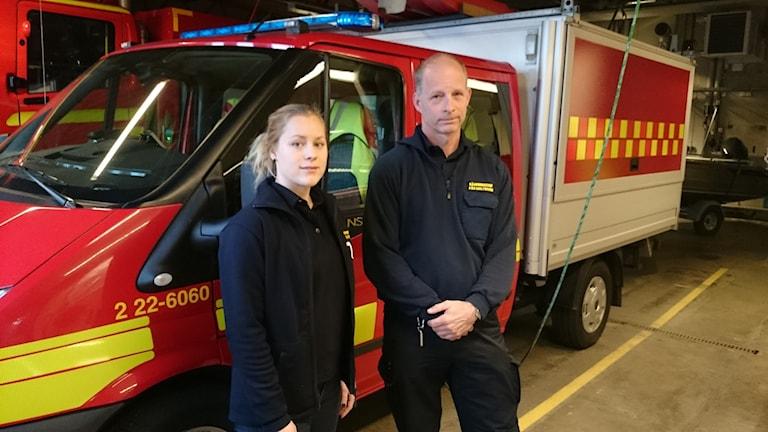 Elin Lindesjö brandingenjör och Per Maltesson räddningschef i Torsby kommun. Foto: Lennart Nordenstein/Sveriges Radio.