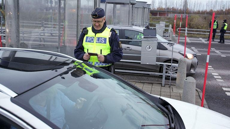 Polis kontrollerar bil. Foto: Stig-Åke Jönsson/TT