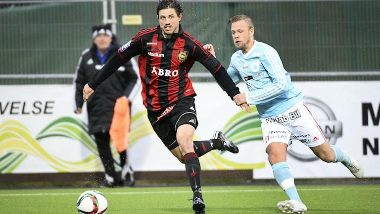 Daniel Sundgren, till höger, i närkamp med Brommapojkarnas Gabriel Petrovic. Foto: Anders Wiklund/TT arkiv.
