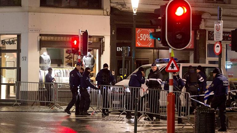Polisen sätter upp avspärrningar på en gata i Bryssel. Foto: Virginia Mayp/AP/TT