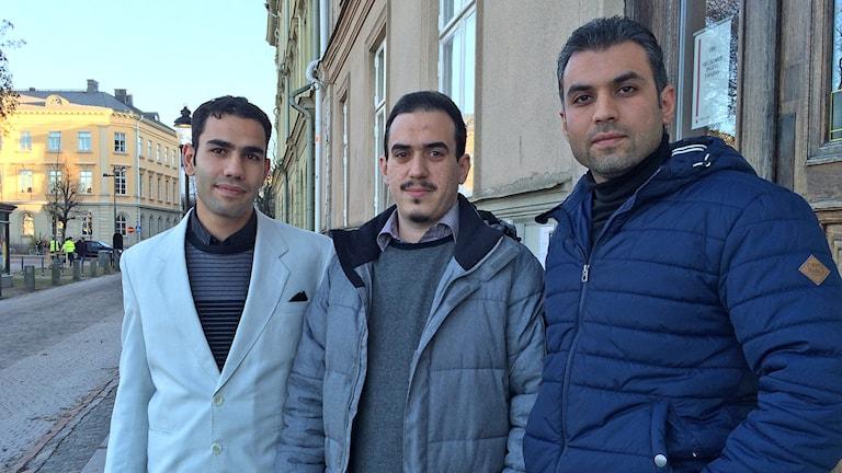 Ahmad Sawan, Obadh Alsfady och Mohanad Alhalabi utanför studielokalerna. Foto: Laila Carlsson/Sveriges Radio.