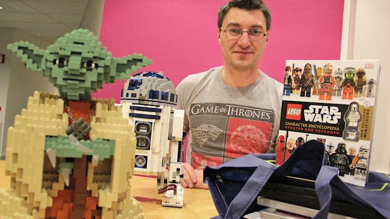 Magnus Andersson med delar av sin Star Wars-samling. Foto: Lars-Gunnar Olsson/Sveriges Radio.