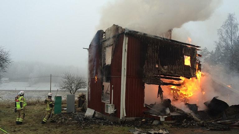 Den  brandhärjade villan i Västra Hungvik utanför Arvika. Foto: Annika Ström/Sveriges Radio.