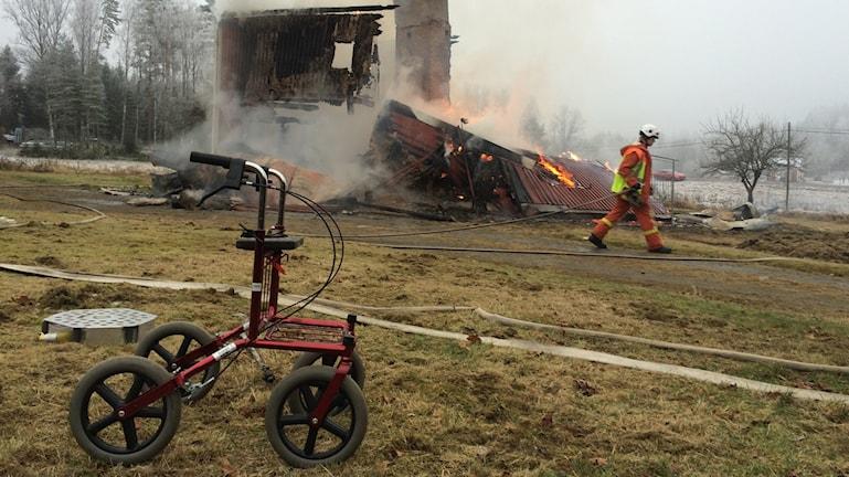 En äldre man befaras ha omkommit i villabranden i Västra Hungvik utanför Arvika. Foto: Annika Ström/Sveriges Radio.